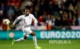 Danny Rose mengontrol bola pada laga kualifikasi Piala Eropa 2020 group A antara Republik Czech saat menjamu Inggris di Stadion Sinobo di Praha, Sabtu malam (12/10)