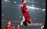 Selebrasi Virgil Van Dijk setelah mencetak gol pertama Liverpool pada laga Liverpool melawan Manchester United di Anfield Stadium, Liverpool, Senin (20/1) dini hari