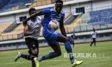 Penyerang Persib Geoffrey Castillion mengontrol bola pada laga persahabatan antara Persib Bandung melawan Tira Persikabo Bogor di Stadion GBLA, Bandung, Jumat (21/2).Gero