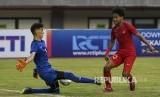 Penyerang timnas U-19 Indonesia Amiruddin Bagus Kaffa Arrizqi (kanan) berebut bola dengan kiper timnas U-19 Iran Amir Hossein Nikpour (kiri)  pada pertandingan persahabatan di Stadion Patriot Candrabhaga, Bekasi, Jawa Barat,  Sabtu (7/9)
