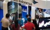 PAMERAN BIRO PERJALANAN. Sejumlah pengunjung berada di arena pamer Garuda Indonesia Travel Fair 2011 di Tunjungan Plasa Surabaya, Jumat (25/2).