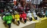 Pameran Produk UMKN IWAPI. Penjaga stan menata sejumlah miniatur kendaraan roda dua pada pameran produk UMKM Gelanggang Dagang Ikatan Wanita Pengusaha Indonesia (IWAPI) di Semarang, Jawa Tengah, Rabu (27/2/2019).