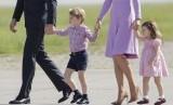 Pangeran George bersama adiknya Putri Charlotte saat mengikuti kunjungan kenegaraan orangtuanya di Hamburg, Jerman.