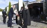 Pangeran William (kedua kiri) dengan ditemani Perdana Menteri Selandia Baru Jacinda Ardern (tengah) berkunjung ke Masjid Al Noor di Christchurch, Selandia Baru, Jumat (26/4).