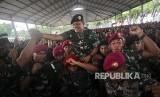 Panglima TNI Jenderal TNI Gatot Nurmantyo digotong sejumlah prajurit TNI AL disela kunjungannya di Makoarmatim, Ujung, Surabaya, Jawa Timur, Jumat (8/12).
