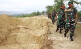 Panglima TNI Marsekal Hadi Tjahjanto (kanan) mengunjungi pekuburan massal pascagempa Tsunami disertai likuifaksi di Poboya, Kecamatan Mantikulore, Palu, Sulawesi Tengah, Jumat (19/10).