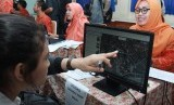 Panitia penerimaan peserta didik baru (PPDB) tingkat sekolah menengah atas (SMA) Kota Tangerang Selatan melakukan validasi tempat tinggal calon siswa dengan menggunakan Google Map di SMA 2 Tangerang Selatan, Serpong, Tangerang Selatan, Banten, Selasa (18/6).