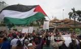 Para demonstran mengibarkan bendera Palestina di luar Kedutaan Besar AS di Kuala Lumpur, Malaysia, Jumat, (8 /12). Muslim Malaysia, termasuk anggota partai yang berkuasa, mengadakan demonstrasi di luar Kedutaan Besar AS mengenai tindakan kontroversial Washington untuk mengakui Yerusalem sebagai ibukota Israel .