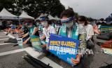 Para dokter memberikan penghormatan kepada para korban yang meninggal setelah terinfeksi virus corona dalam unjuk rasa menentang kebijakan medis pemerintah di Seoul, Korea Selatan, Jumat (14/8/ 2020).