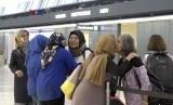 Para jamaah calon haji berpamitan dengan keluarga dan kerabat sesaat sebelum keberangkatan ke Tanah Suci, Makkah, Arab Saudi.