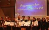 Para mahasiswa berprestasi terbaik IPB menerima penghargaan yang diserahkan oleh Rektor IPB, Arif Satria.