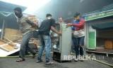 Para pedagang berusaha menyelamatkan barang-barangnya saat peristiwa kebakaran di Pasar Kosambi, Kota Bandung, Ahad (19/5).