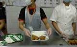 Para pekerja menyiapkan makanan penyambut jamaah haji Indonesia yang tiba di Bandara King Abdulaziz Jeddah, akhir pekan lalu. Sebanyak 7.000 hingga 9.000 paket makanan harus disiapkan setiap harinya untuk menuhi kebutuhan jamaah.