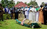Para pelayat berdoa di atas jenazah Sarah Obama, nenek tiri Presiden Barack Obama, pada penguburannya di desa asalnya Kogelo, di Kenya barat pada Selasa (30/3). Kerabat dan pejabat mengkonfirmasi pada hari Senin bahwa Sarah Obama, ibu ibu dari keluarga Kenya mantan Presiden AS Barack Obama, telah meninggal dalam usia 99 tahun.