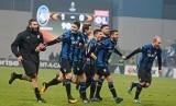 Para pemain Atalanta merayakan kemenangan bersama para pendukungnya pada laga terakhir Grup E Liga Europa, Jumat (8/12) dini hari WIB. Atalanta mengalahkan Olympique Lyon 1-0 di Stadion Mapei, Reggio Emilia, Italia.