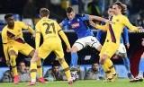Para pemain Barcelona (kuning) saat menghadapi Napoli di Liga Champions.