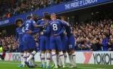 Para pemain Chelsea melakukan selebrasi.