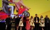 Pasangan musisi Ayudia Bing Slamet dan Ditto Percussion yang tergabung dalam grup musik Dengarkan Dia membawakan lagu tema film 'Teman Tapi Menikah 2' (Foto: para pemain film 'Teman Tapi Menikah 2')