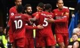 Para pemain Liverpool merayakan gol Roberto Firmini (tengah) pada laga Liga Primer melawan Chelsea di Stamford Bridge, Ahad (22/9). Liverpool menang 2-1.