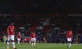 Para pemain Manchester United berjalan gontai setelah dihentikan Sevilla pada babak 16 besar Liga Champions.