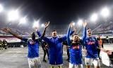 Para pemain Napoli memberikan penghormatan kepada fan setelah memetik kemenangan di Liga Europa.