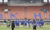 Para pemain Persib Bandung mengikuti latihan di Stadion Si Jalak Harupat, Kabupaten Bandung, Jumat (1/3).