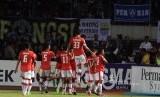 Para pemain Persija Jakarta merayakan gol Ramdani Lestaluhu (tengah) pada laga Liga 1 lawan Persib Bandung di Stadion GBLA, Bandung, Jawa Barat, Sabtu (22/7). Laga berakhir imbang, 1-1.