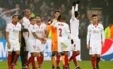 Para pemain Sevilla merayakan keberhasilan lolos ke babak 16besar Liga Champions seusai menahan imbang Olympique Lyon 0-0, Kamis (8/12).