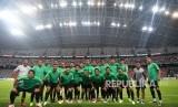 Para pemain timnas Indonesia beserta ofisial berfoto bersama sebelum berlatih di Stadion Nasional, Singapura, Kamis (8/11/2018).