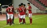 Para pemain timnas Indonesia U-16 berkumpul di pinggir lapangan bersama pelatih Fakhri Husaini seusai gol Amanar Abdillah ke gawang Thailand pada babak kualifikasi Piala Asia U-16 2018. Pada laga di Stadion Rajamangala, Bangkok itu, Indonesia menang 1-0.