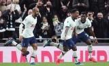 Para pemain Tottenham Hotspur merayakan gol yang dicetak Steven Bergwijn (tengah) ke gawang Manchester City pada laga pekan ke-25 Liga Inggris.