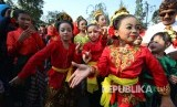 Para penari anak dan remaja tampil pada acara tari massal 2513 penari jaipongan Daun Pulus Keser Bojong dalam rangka Bandung Internsional Art Festival (BIAF) 2018 yang digagas Masyarakat Seni Rakyat Indonesia (MASRI) dan Disbudpar Kota Bandung, di Car Free Day (CFD) Dago, Kota Bandung, Ahad (29/7).