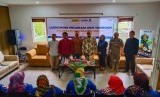 Para penerima manfaat program Tangguh yang dilaunching Maybank Syariah adalah anggota binaan DT Peduli Bandung