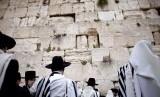 Alquran mengabadikan sifat-sifat buruk yang dimiliki Bani Israel dan Yahudi. Para penganut Yahudi di Tembok Ratapan (ilustrasi)