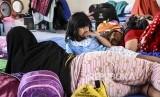 Para pengungsi akibat banjir Sungai Citarum menempati Aula Desa Dayeuhkolot, Kecamatan Dayeuhkolot, Kabupaten Bandung