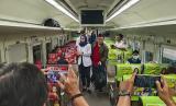 Para penumpang kereta mendapat sosialisasi virus corona Covid-19, ilustrasi