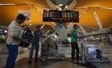 Malaysia Gunakan Pemindai Suhu di Bandara Cegah Virus corona. Para penumpang mengantre masuk ke dalam pesawat di Bandara Internasional Kuala Lumpur, Malaysia.
