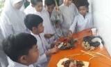 Para siswa kelas 5 SD Bosowa Bina Insani, Bogor, mempraktikkan cara pembuatan wedang jahe.