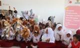 Para siswa SD Inpres Sibedi, Sigi mendapatkan hadiah boneka yang diberikan oleh Baznas.