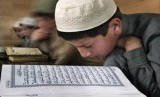 Para siswa sebuah madrasah Islam di Dagestan tengah belajar membaca Alquran.