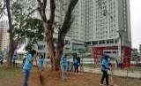 Para volunteer Asian Games 2018, tengah sibuk membersihkan taman di Wisma Atlet, Kemayoran, Selasa (7/8) sore.