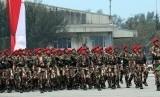 Parade HUT TNI ke-70 di Pantai Indah Kiat, Cilegon.