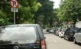 Parkir liar di pinggir jalan (ilustrasi)