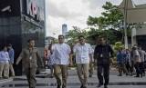 Pasangan Calon Gubernur dan Wakil Gubernur DKI Jakarta, Anies Baswedan (kedua kiri) dan Sandiaga Uno (kedua kanan) menyapa wartawan saat tiba di gedung KPK, Jakarta, Selasa (21/3).