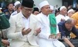 Pasangan calon gubernur dan wakil gubernur Jawa Barat Ridwan Kamil dan Uu Ruzhanul Ulum, bersama massa pendukungnya menggelar doa bersama di pelataran parkir Stadion Sidolig, Kota Bandung, Selasa (9/1).