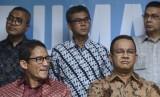 Pasangan Gubernur dan Wakil Gubernur DKI terpilih Anies Baswedan (kanan)-Sandiaga Uno (kiri) menggelar konferensi pers di Rumah Partisipasi, Jalan Borobudur, Jakarta, Senin (15/5).