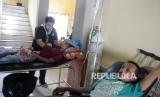 Pasien korban gempa menjalani perawatan di lorong RSUD Meureudu, Pidie Jaya, NAD, Kamis (8/12).