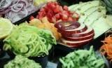 Buah dan sayur organik. Makanan organik termasuk bagian dari organic parenting yang sedang populer.