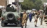 Pasukan keamanan Afghanistan berjaga usai adanya ledakan bom (ilustrasi)