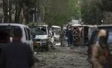Pasukan keamanan Afghanistan memeriksa lokasi serangan bunuh diri Taliban di kantor lembaga bantuan AS di Kabul, Afghanistan, Rabu (8/5).